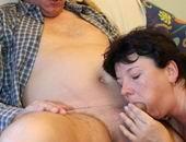 Oma Janneke neemt pikprijs in ontvangst